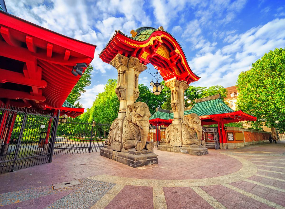 Der Berliner Zoo ist eines der Highlights in Berlin. Hier sieht man das bekannte Elefantentor am zoologischen Garten