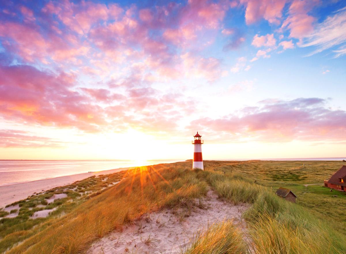 Leuchtturm an der Nordsee bei Sonnenuntergang: Aber auch die Ostsee bietet tolle Sehenswürdigkeiten