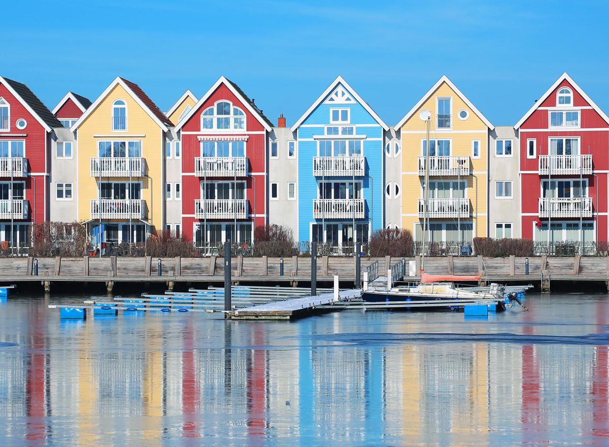 Bunte Häuser in Greifswald am Fluß Ryck. Ein Besuch dieser Stadt ist bei einem Urlaub an der Ostsee ein Highlight.