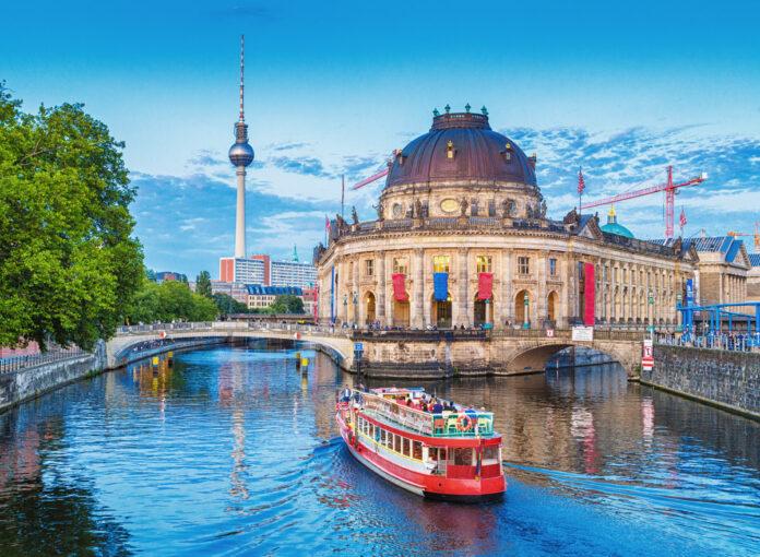 Es gibt viele schöne Unternehmungen mit Kindern in Berlin: eine davon ist eine Schiffsrundfahrt auf der Spree.