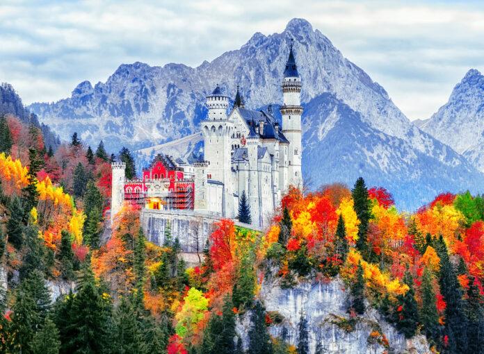 Ein beliebts Ziel bei einem Urlaub in Deutschland, das Schloss Neuschwanstein im bayrischen Allgäu. Aktuell ist die Einreise nach Deutschland aus den meisten Ländern wieder problemlos möglich
