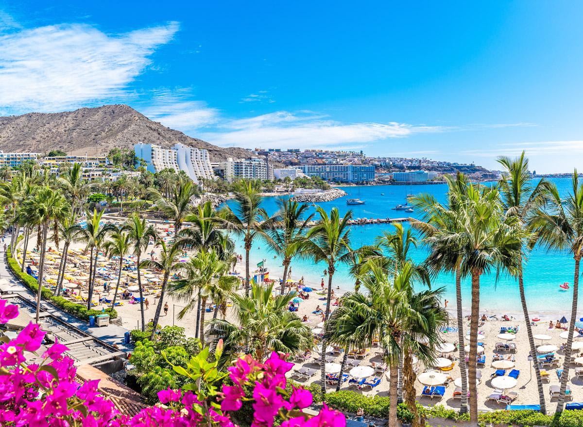 Der Anfi Beach auf Gran Canaria gehört zu den beliebtesten Stränden der Kanarischen Inseln