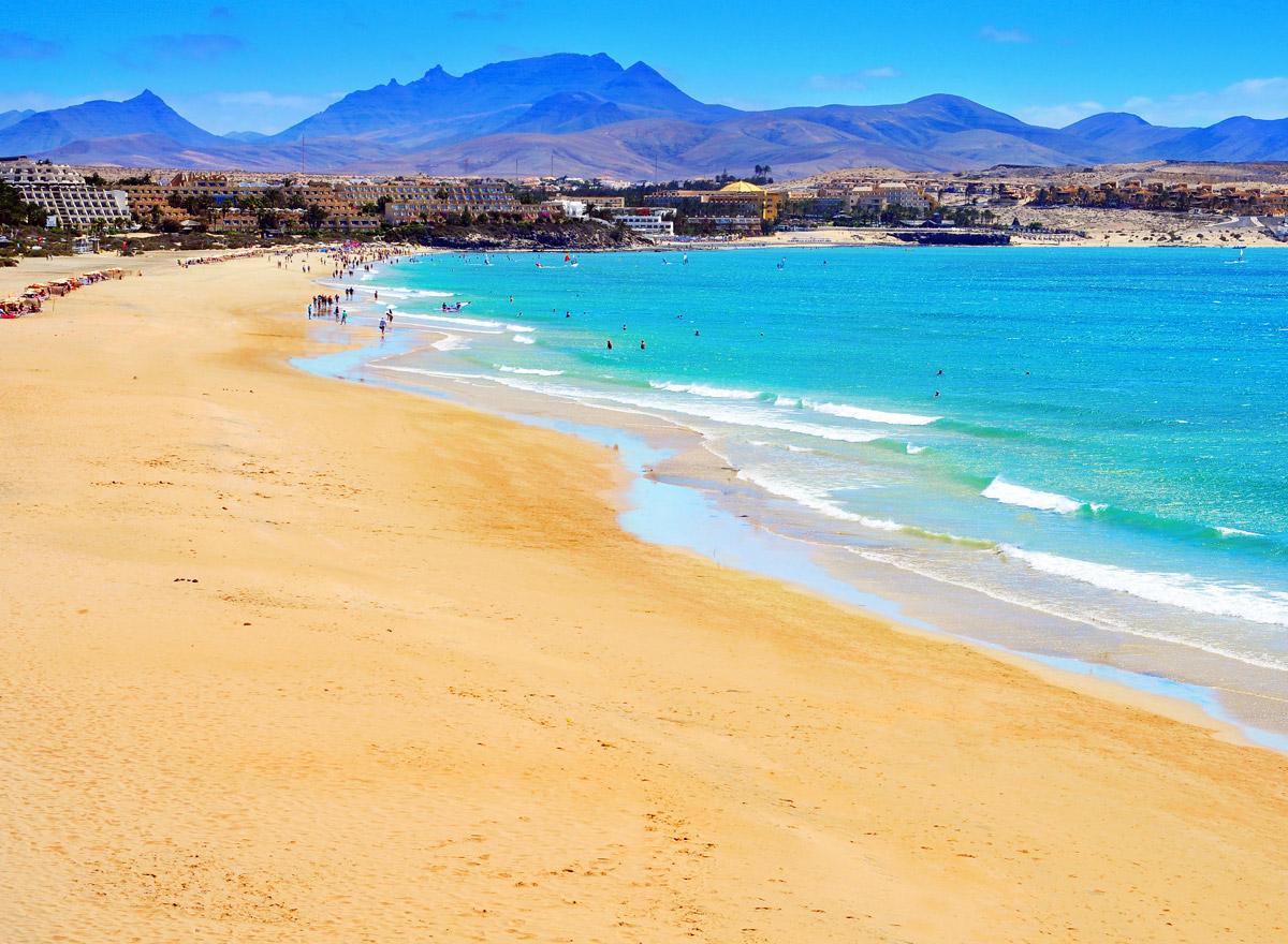Der Strand von Fuerteventura und grenzt ans türkisene Meer
