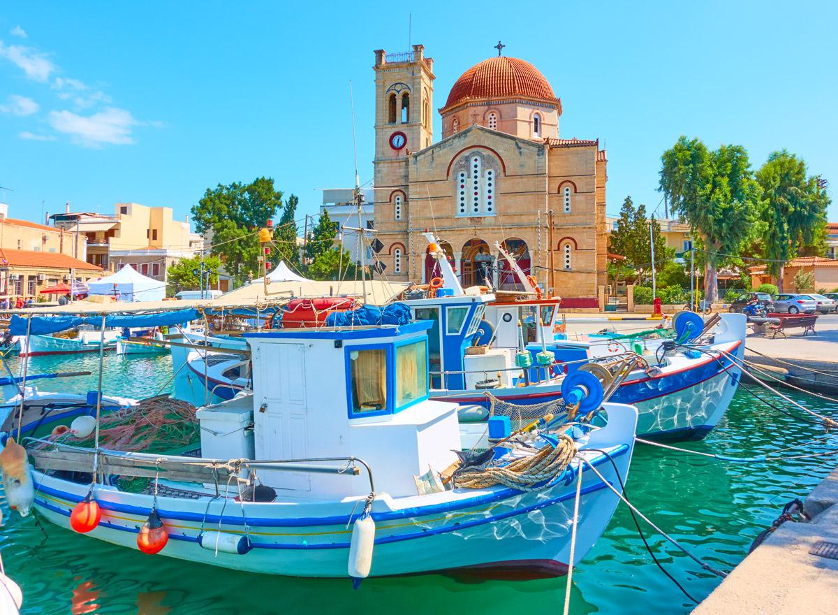 Der Hafen von Ägina Stadt mit Blick auf die Ekklisia Isodia Theotokou Kirche ist ein Hingucke