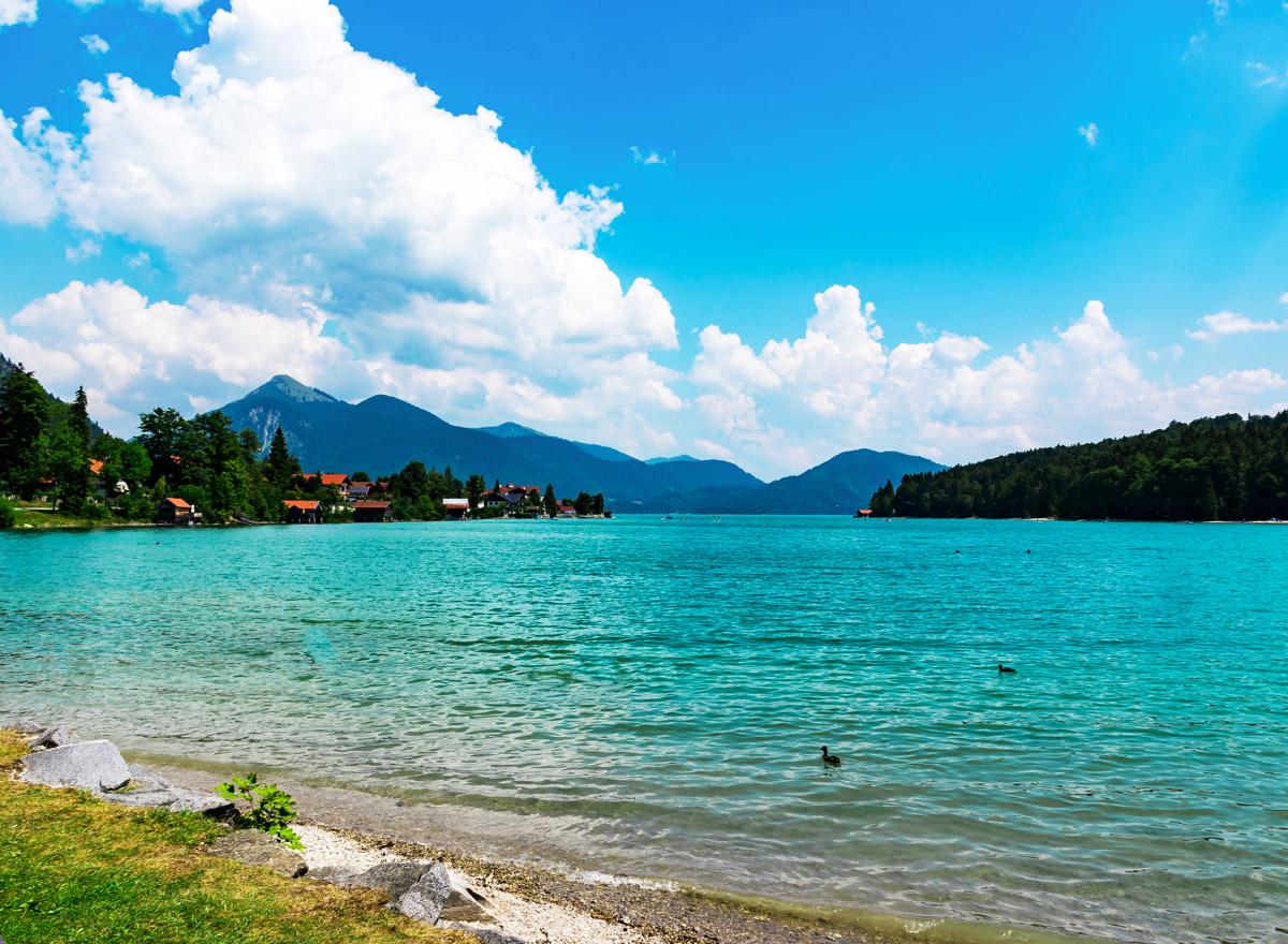Der Walchensee in Bayern hat türkisenes Wasser