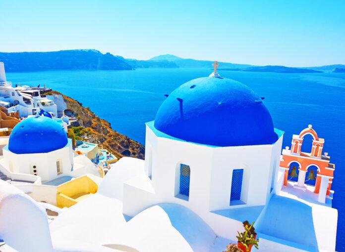 Griechische Inseln: Die blaue Kuppel von Santorini gehört zu den beliebtesten Hotspots der Insel!