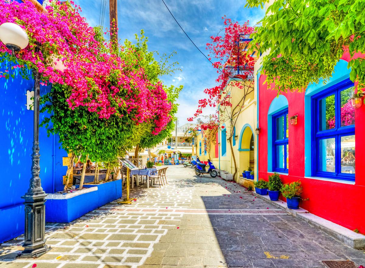 Solche bunten Straßen wie diese hier auf Los gibts oft auf den griechischen Inseln / auf der griechischen Inseln