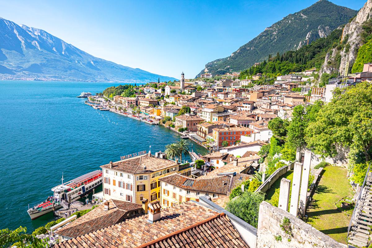 Limone Sul Garda bietet tolle Olivenhaine und Zitronenbäume am Hang des Gardasees