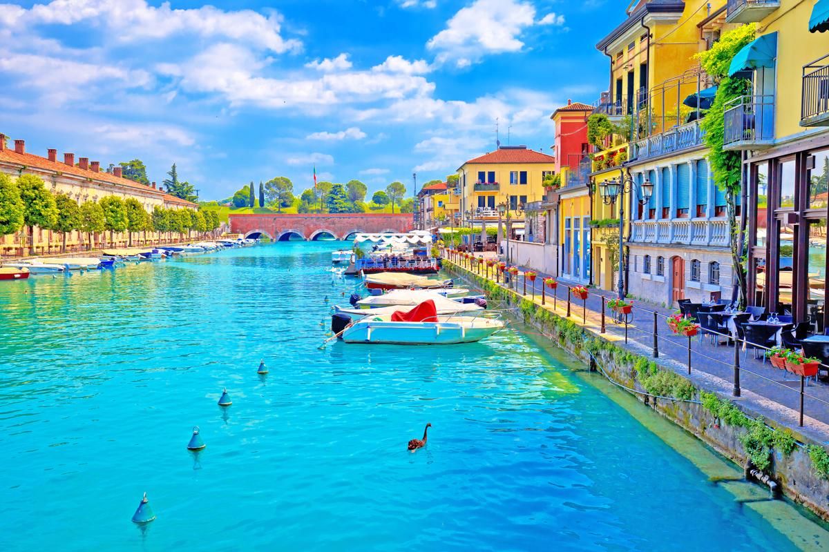 Peschiera del Garda am Gardasee hat einen spektakulären Hafen