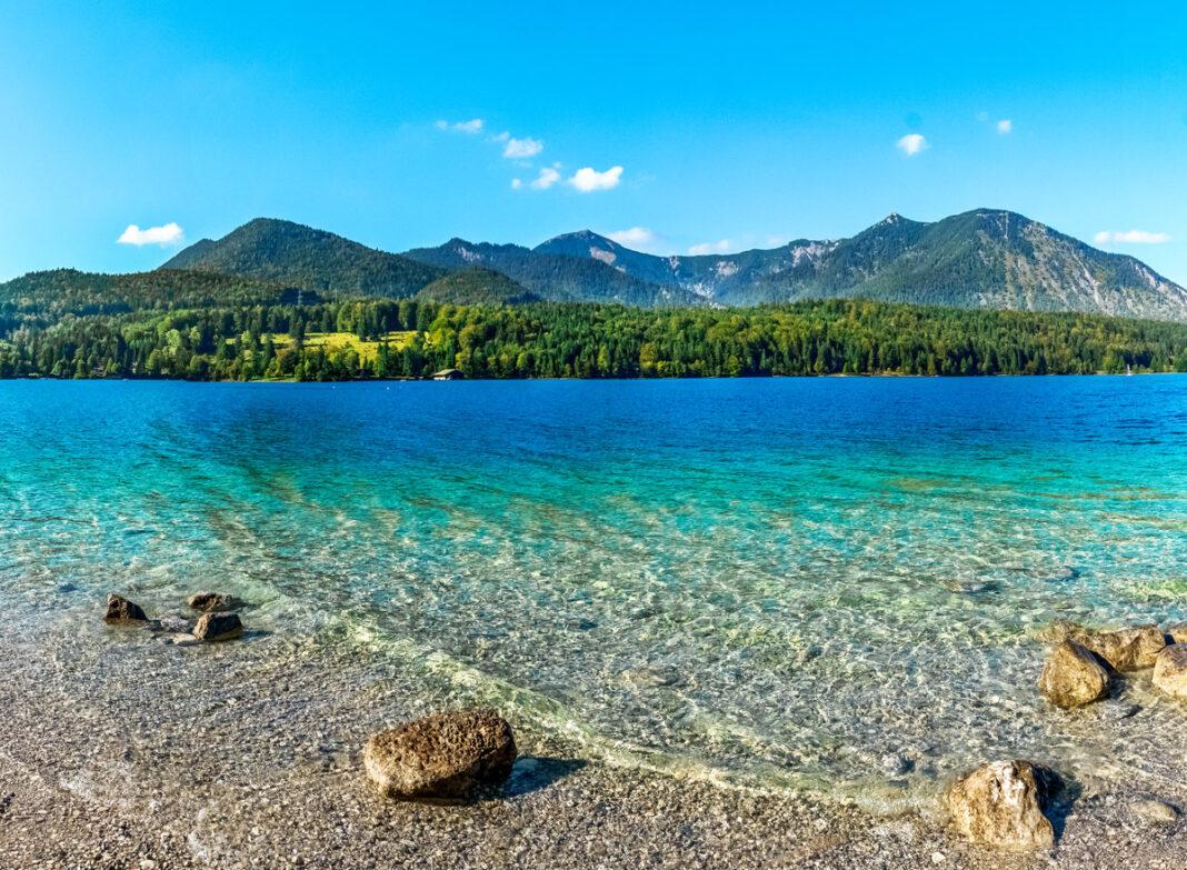 Baden am ieselstrand oder Sandstrand am Walchensee in Bayern