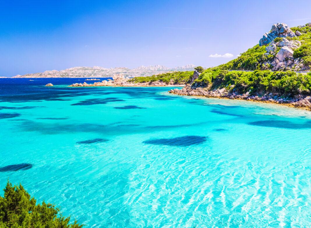 Sardinien hat aufregende Sehenswürdigkeiten wir das türkisfarbene Meer bei der Insel Maddalena