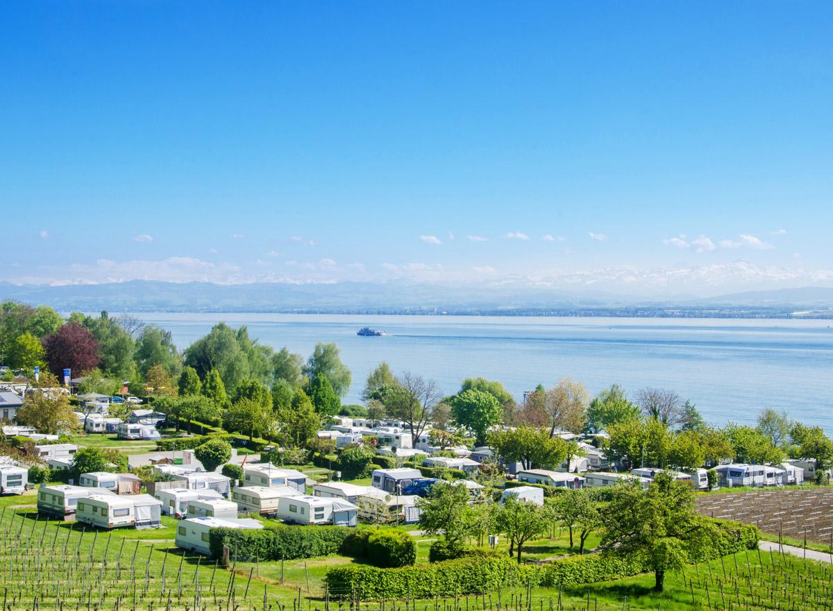 Ein schöner Campingplatz am Bodensee mit Alpensicht